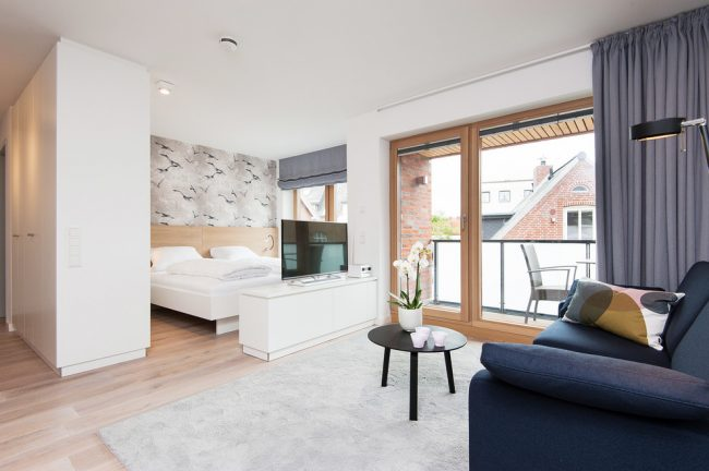 Дизайн спальни-гостиной - это размещение в пределах одного помещения зоны отдыха, развлечений, хранения бытовых вещей и одежды
