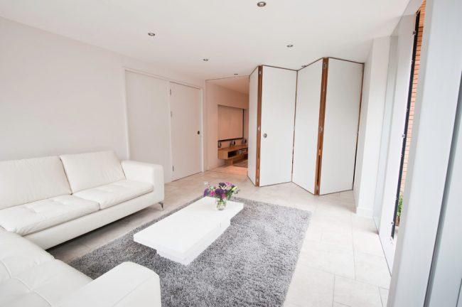 Перегородка-гармошка с легкостью отделит спальную зону от гостиной