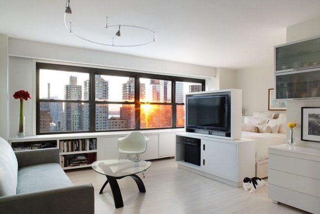Тумба с телевизором поможет отделить спальную зону от зоны для приема гостей