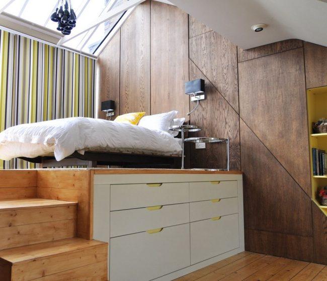 Кровать-подиум не только красиво смотрится, но и может разместит в себе удобные системы хранения