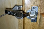Фото 5 Доводчики для кухонных шкафов: преимущества, регулировка и установка своими руками