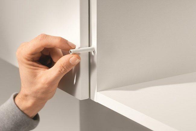 Доводчики для кухонных шкафов: миниатюрный доводчик на кухонном шкафчике