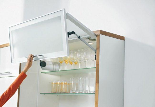 Шкаф с подъемным механизмом и доводчиком незаменим на кухне
