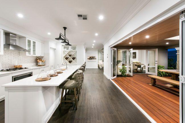 Складная дверь на кухню носит не только декоративный характер, но и функциональный
