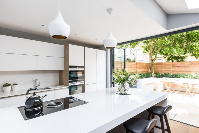 Кухня с французскими окнами со складным механизмом