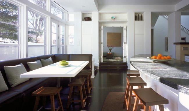 В нынешнее время для экономии пространства на кухне все чаще применяются складные двери