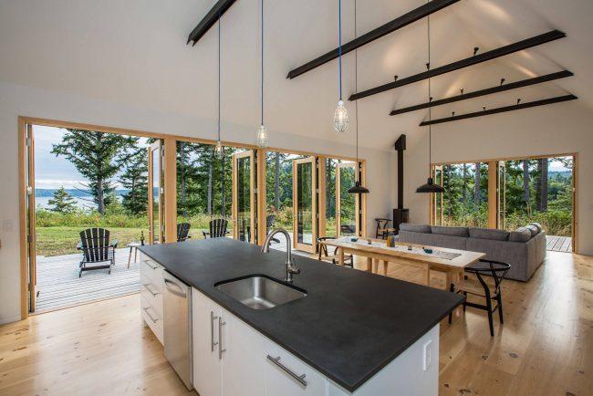 Складные двери для кухни – это прекрасный способ сэкономить несколько квадратных метров свободной площади и украсить помещение модной неординарной вещью