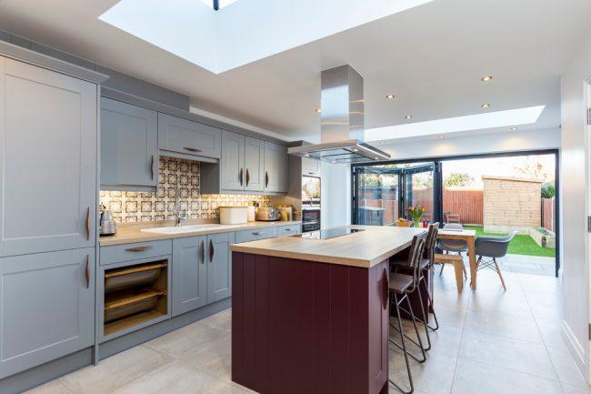 Доминирующий серый цвет в интерьере современной кухни