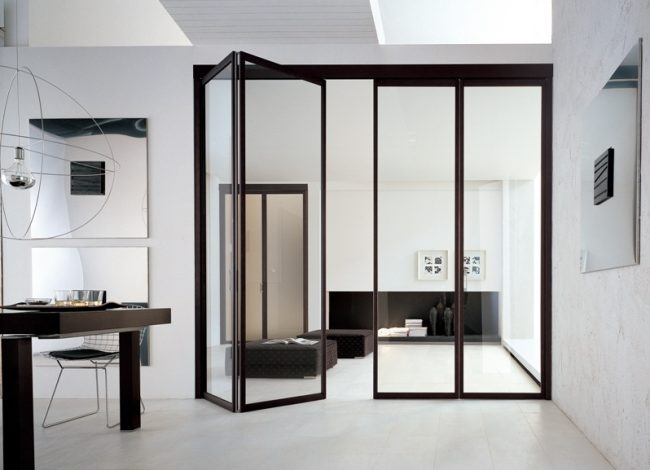 Стеклянная складная дверь смотрится очень красиво