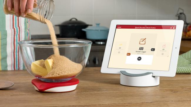 """Работая вместе, """"умные весы"""" и электронное приложение сами посчитают, когда в миске окажется нужное количество муки, соли, молока и так далее и предупредят о том, что с их добавкой можно закончить"""