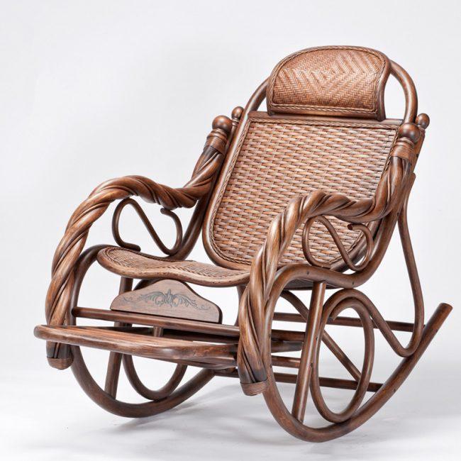Великолепное кресло-качалка из дерева с подставкой для ног