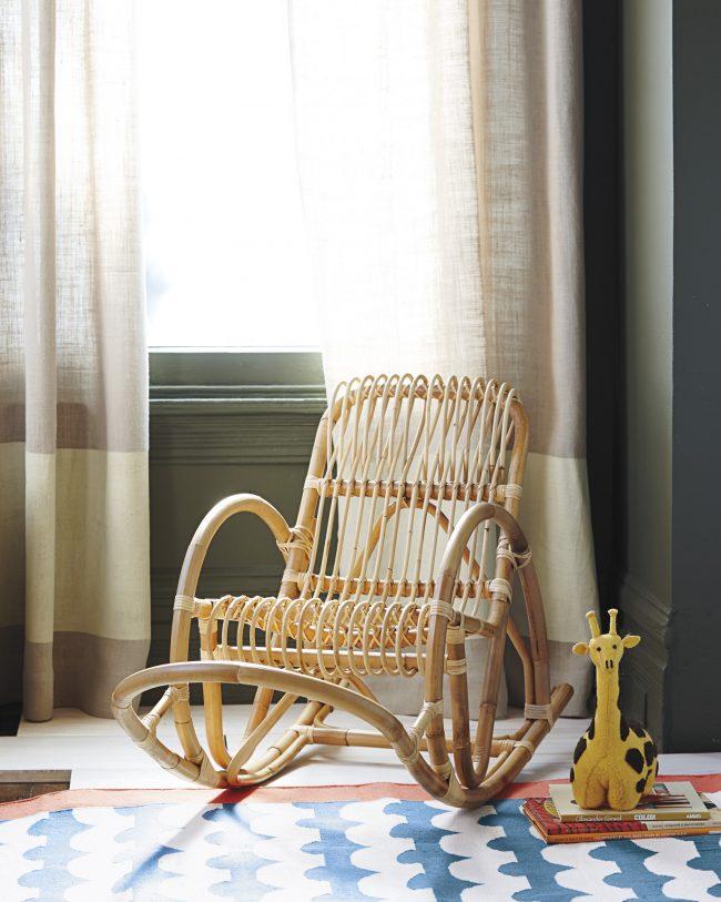 Детское кресло-качалка из бамбука смотрится очень интересно