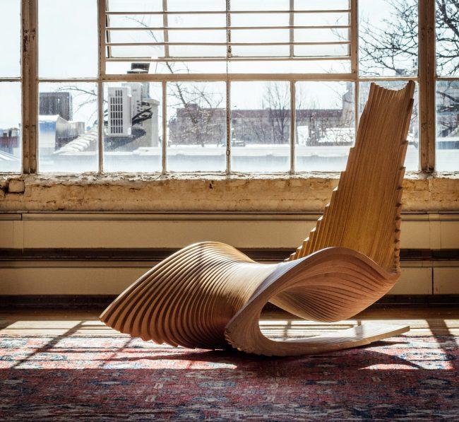 Кресло-качалка из дерева с необычным дизайном поможет подчеркнуть вашу индивидуальность