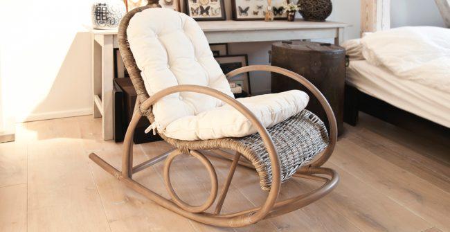 Плетенное кресло-качалка с подставкой для ног и мягкой подушкой