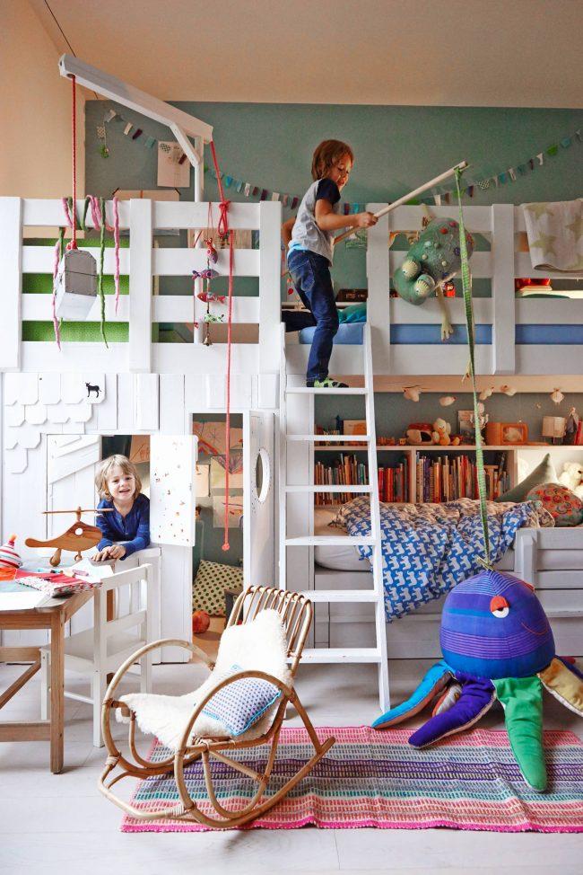 Кресло-качалка из бамбука с подставкой для ног отлично впишется в дизайн детской комнаты