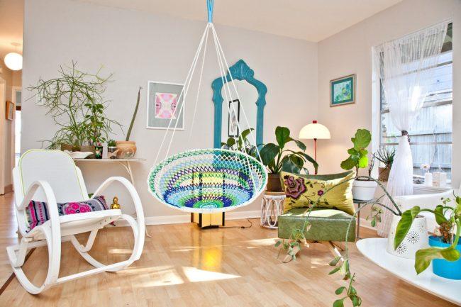 Кресло-качалка с подставкой для ног в интерьере стиля фьюжн