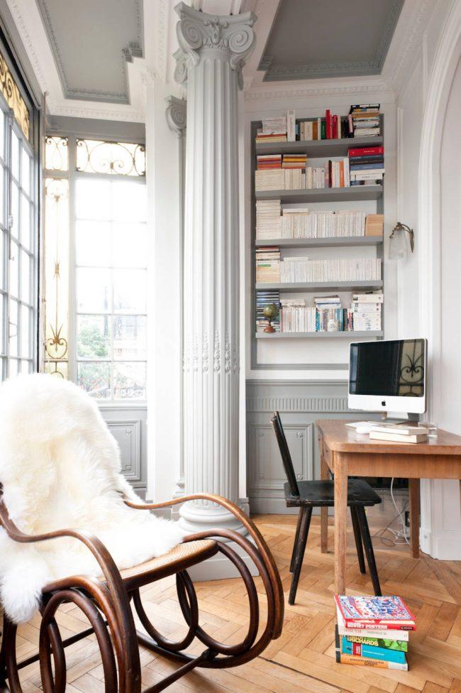 Кресло-качалка с меховой накидкой добавит уюта вашему интерьеру