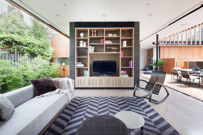Кресло-качалка с подставкой для ног: деревянное кресло-качалка со строгим дизайном в интерьере гостиной классического стиля