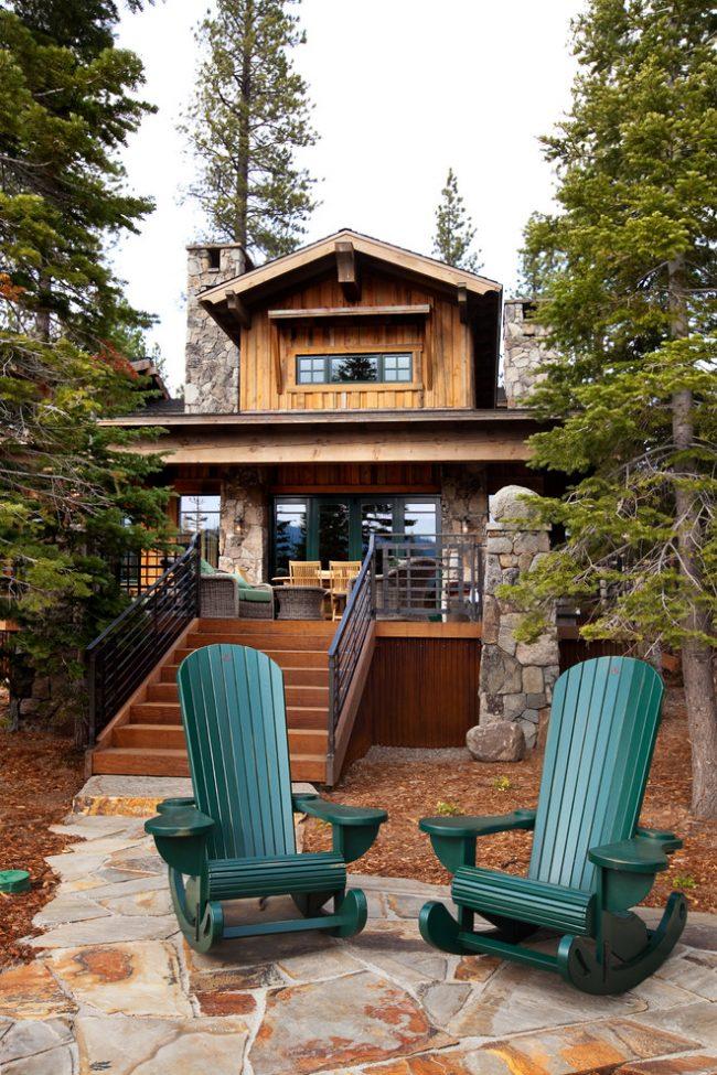 Красивые кресла-качалки из чистого дерева на террасе загородного дома