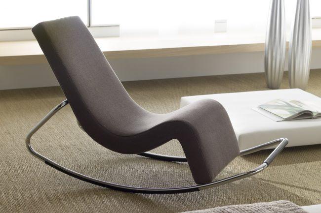 Кресло-качалка с металлической рамой и эргономичной спинкой