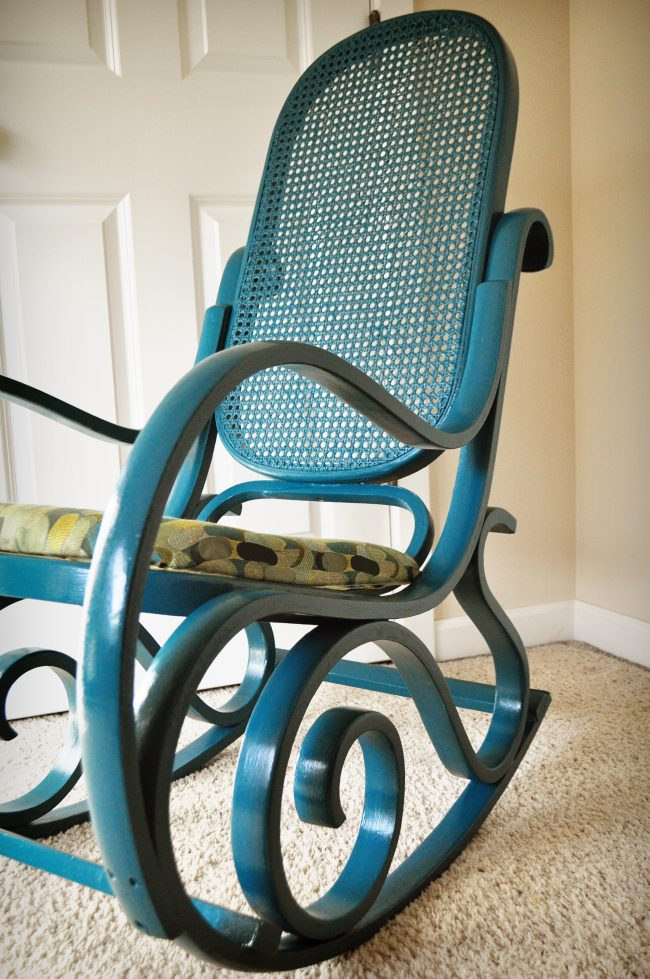 Красивое кресло-качалка из дерева синего цвета