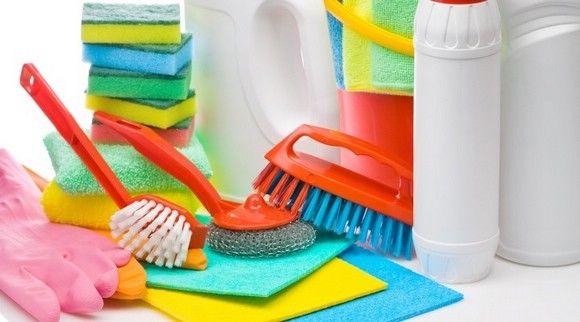 Стандартный набор для наведения чистоты на кухне, но не все можно использовать для эмалированных кастрюль
