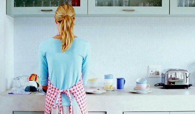 Мытье посуды, а особенно чистка эмалированных кастрюль процесс не из приятных