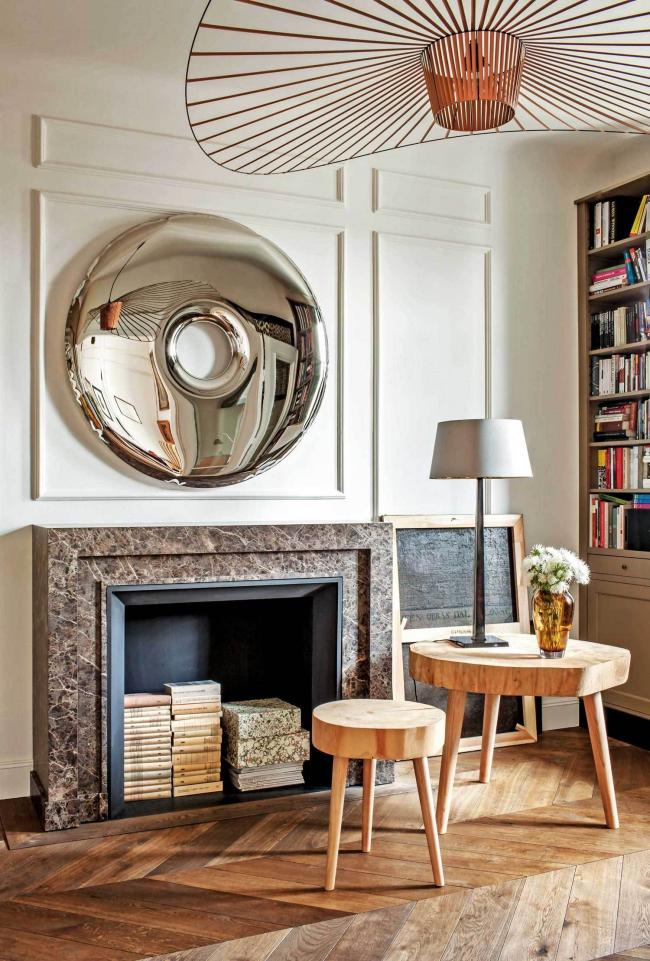 Фальш-камин с мраморной отделкой в дизайне гостиной стиля модерн