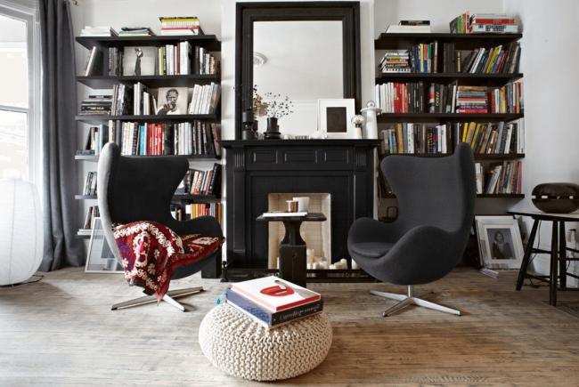 Прекрасное сочетание фальш-камина и дизайна черно-белой гостиной