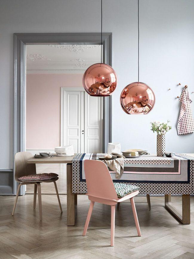 Розовый относится к теплой группе цветов, а поэтому делает интерьер уютнее