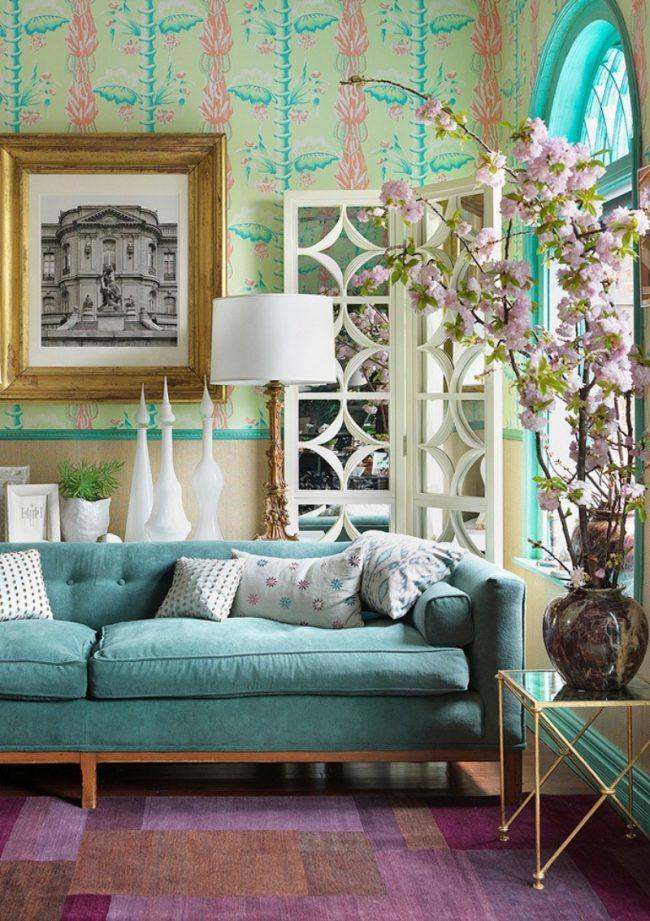 Удачное сочетание бирюзового и розового цветов в интерьере гостиной