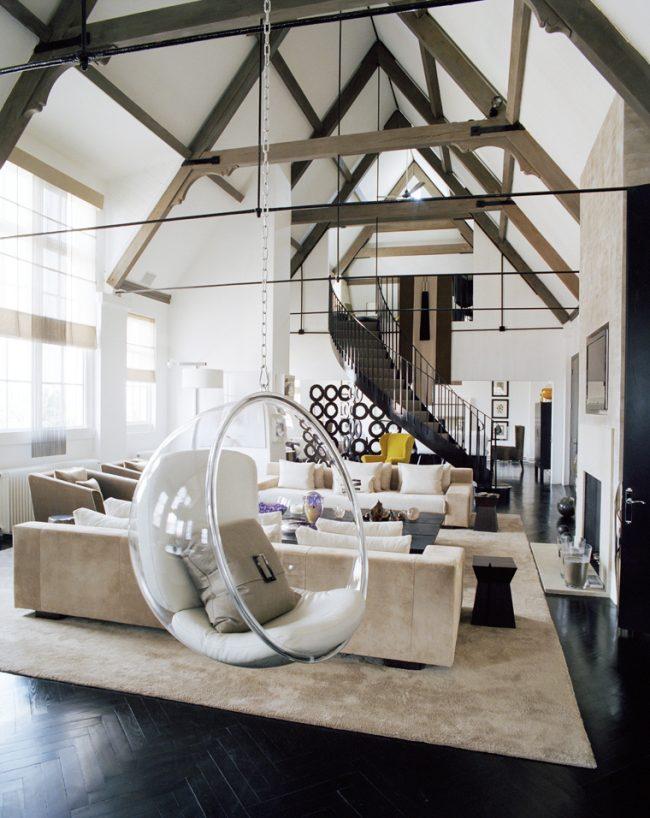 Дизайн просторной гостиной загородного дома в современном стиле