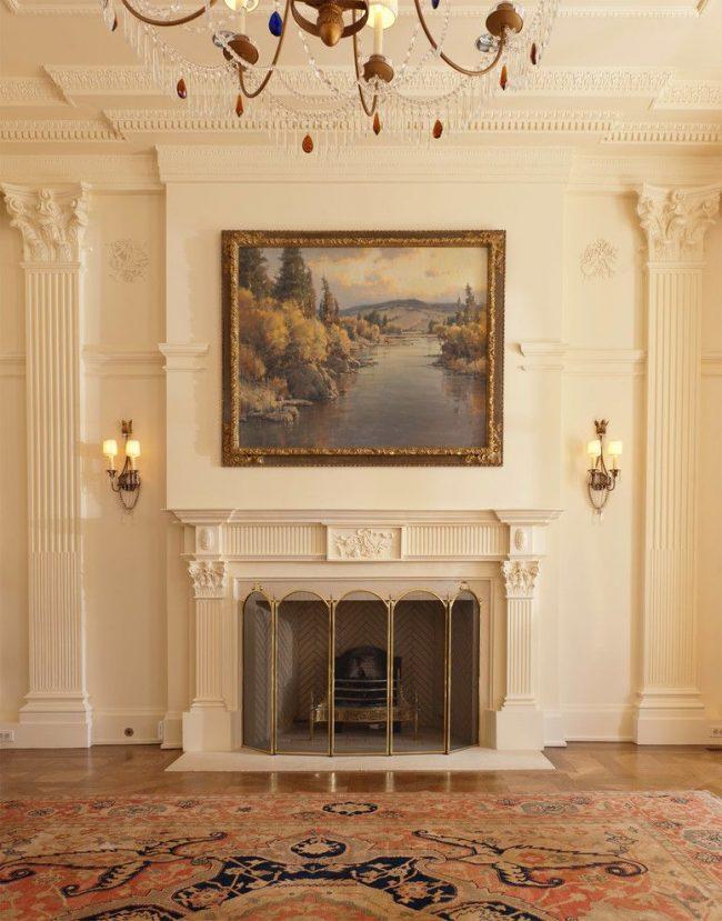 Роскошные пилястры в классическом интерьере с большой картиной и камином