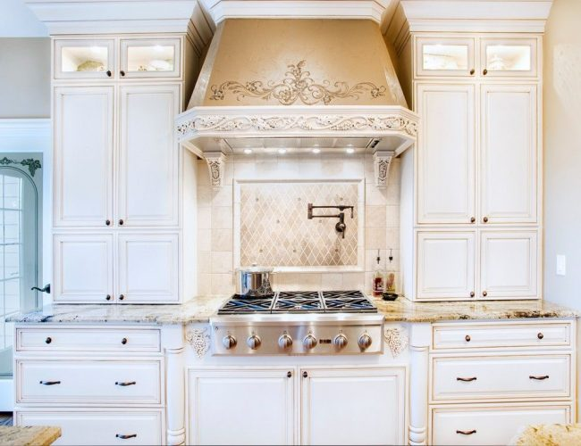 Пилястры очень популярны в оформлении класической кухонной мебели