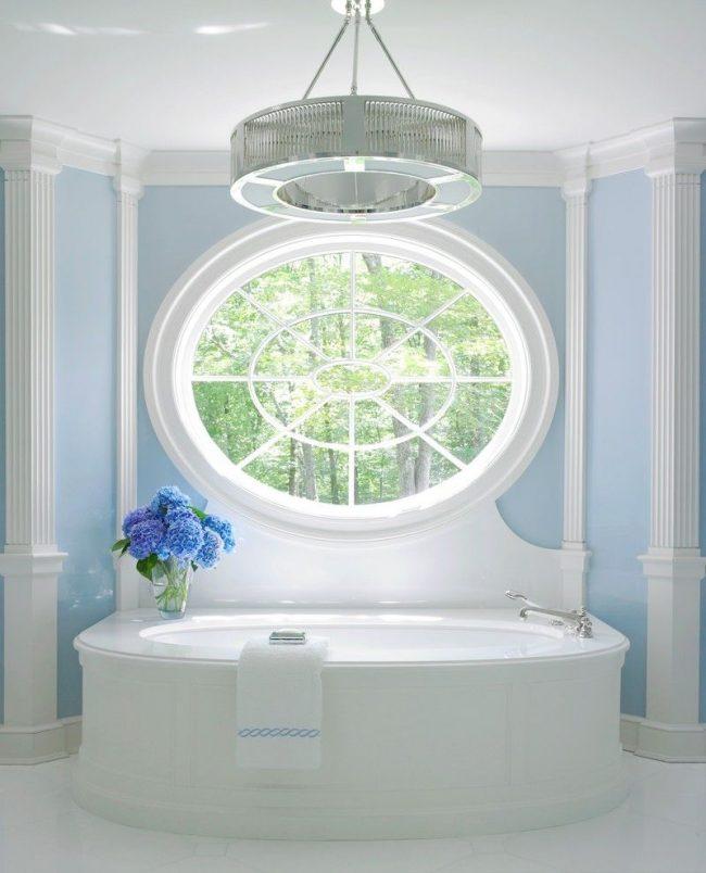 Бело-голубая ванная комната с пилястрами из полиуретана