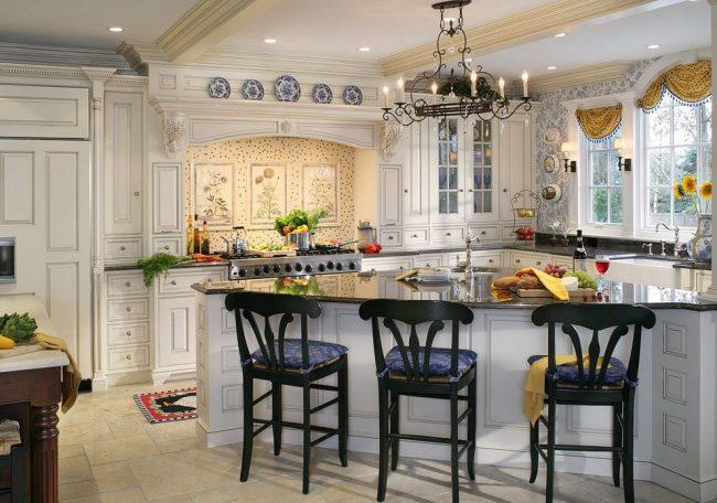 Красивая классическая мебель с пилястрами в интерьере кухни