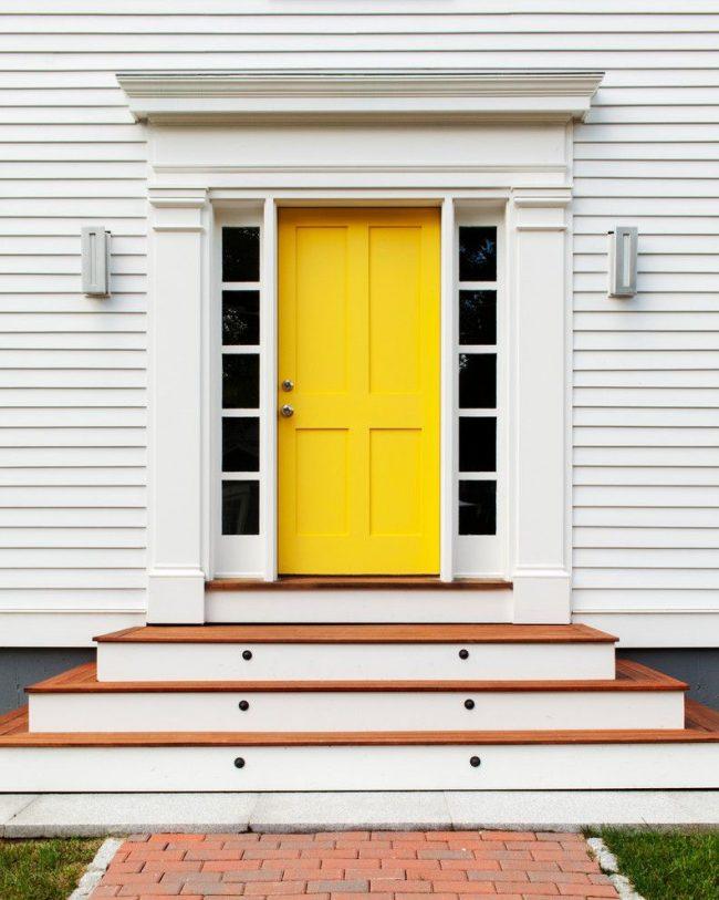 Современный дизайн в оформлении дома с ярко-желтой дверью и минималистичными пилястрами