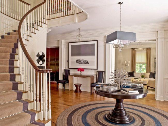 Пилястры хорошо смотрятся в оформлении традиционных интерьеров больших частных домов