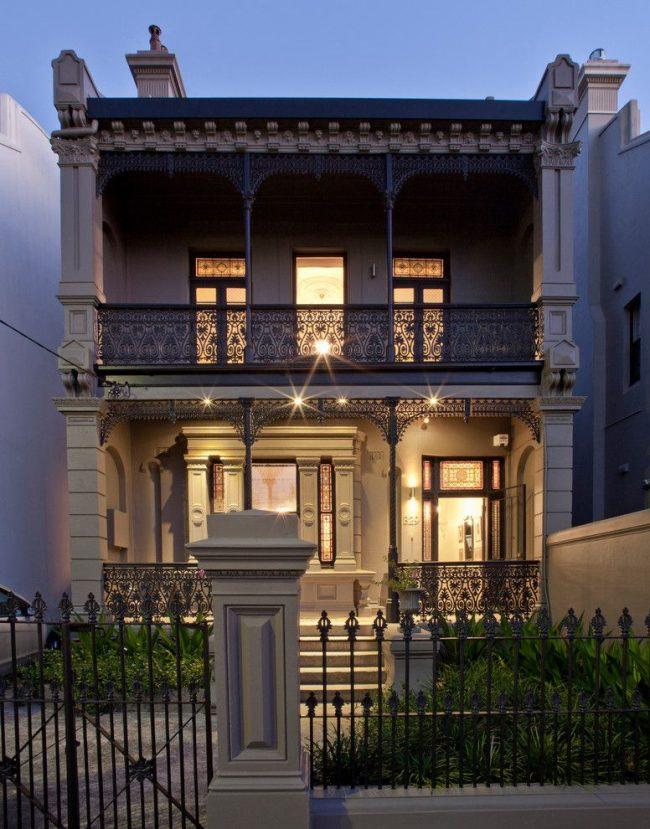 Оформление дома снаружи с помощью пилястр выглядит красиво и богато