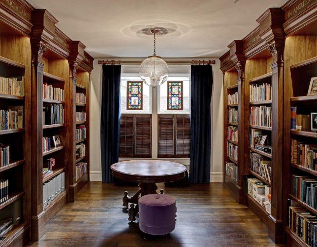 Классический интерьер домашней библиотеки с деревянными пилястрами