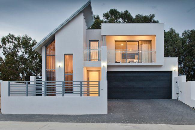 Белоснежный двухэтажный дом в современном стиле