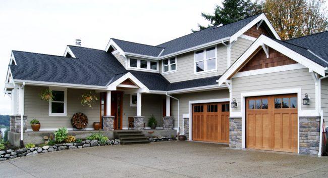 Проект дома с 2 гаражами: небольшой загородный дом с двумя гаражами в классическом стиле