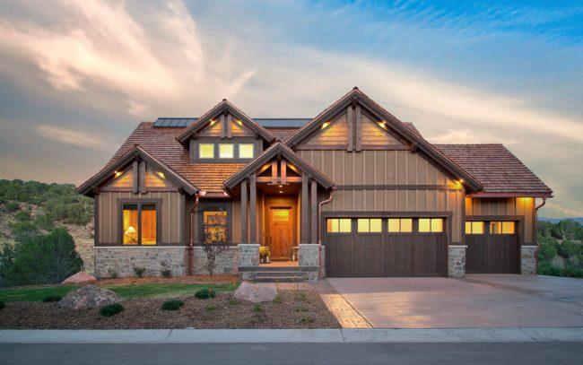 Красивый загородный дом с двумя гаражами в стиле кантри