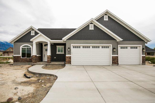 Классический загородный дом с двумя гаражами