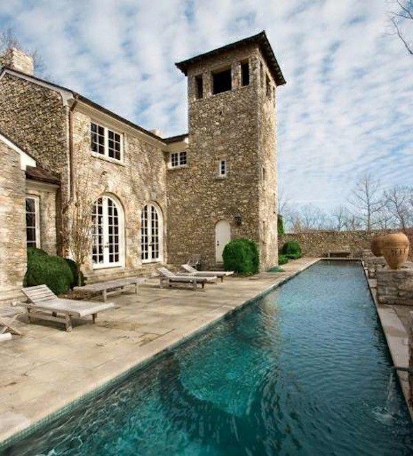 Роскошный особняк с башней из камня