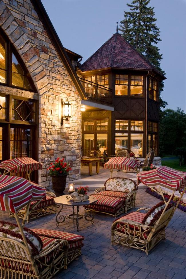 Уютный загородный дом из камня с башней
