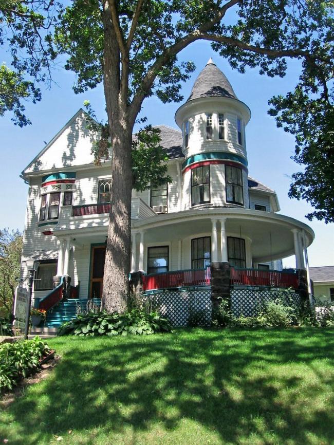 Уютный светлый дом с яркими вставками и круглой башней