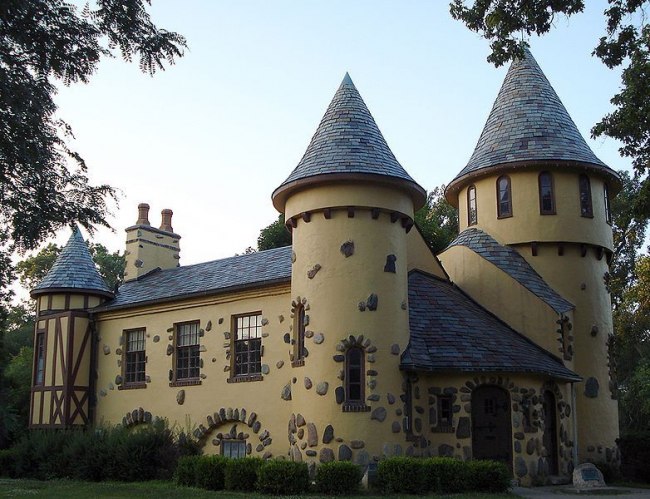 Огромный особняк в замковом оформлении