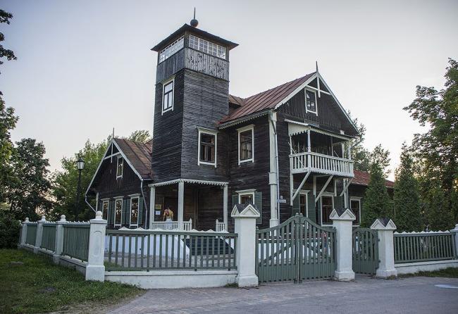 Большой деревянный дом с высокой башней