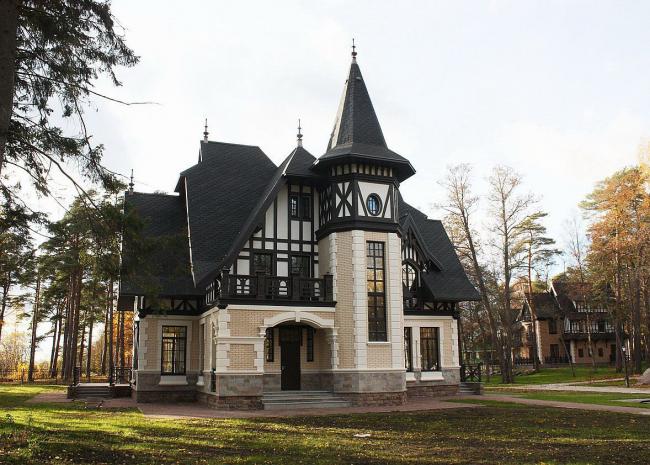 Симпатичный загородный коттедж в замковом стиле